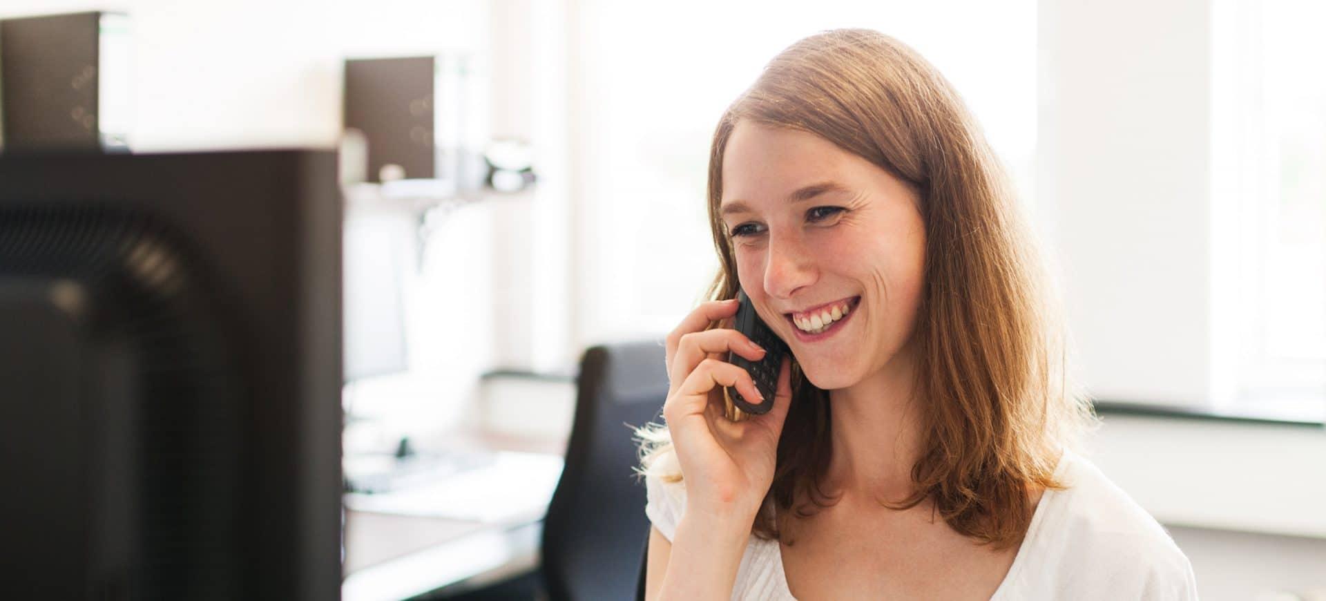 Unsere Mitarbeiterin am Empfang telefoniert mit Mandanten